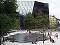 Platz der Alten Synagoge in Freiburg, Synagogenbrunnen mit der Universitätsbibliothek, Blick vom KG II.jpg