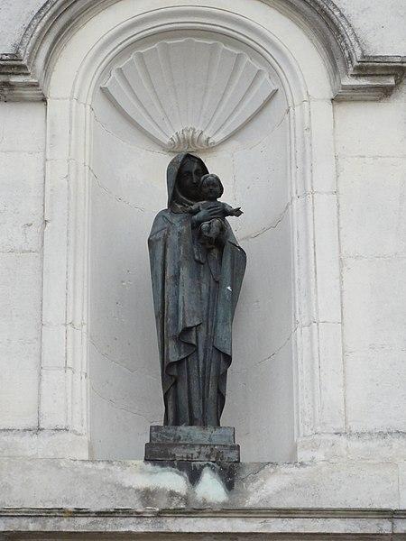 Rigny-la-Salle (Meuse) église statue Madonna et enfant sur façade