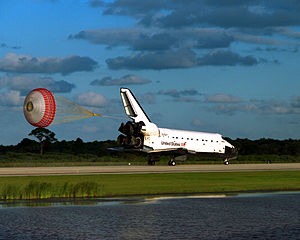 STS-86 - Atlantis lands on Runway 15 of the KSC Shuttle Landing Facility at the end of the STS-86 mission.