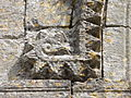Saint-Vaast-lès-Mello (60), église Saint-Vaast, portail latéral sud, retombée du cordon de dents de scie.JPG