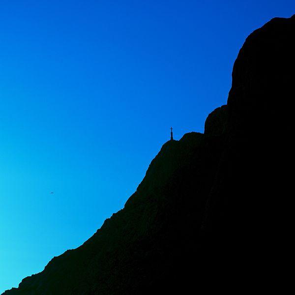 Montagne Sainte-Victoire (et Croix de Provence) aux heures bleues (brumante au Canada), vue de la barrière du Cengle entre Saint-Antonin-sur-Bayon et Puyloubier