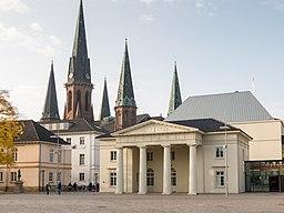 Schlossplatz mit Schlosswache und der Lambertikirche
