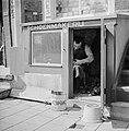 Schoenmaker in zijn werkplaats, Bestanddeelnr 254-2349.jpg