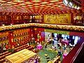 Singapore Buddha Tooth Relic Temple Innen Vordere Gebetshalle 05.jpg