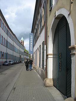 Blick ostwärts in die Kleine Pfaffengasse mit dem Eingang zum Judenhof in Speyer (UNESCO-Welterbe SchUM-Städte)