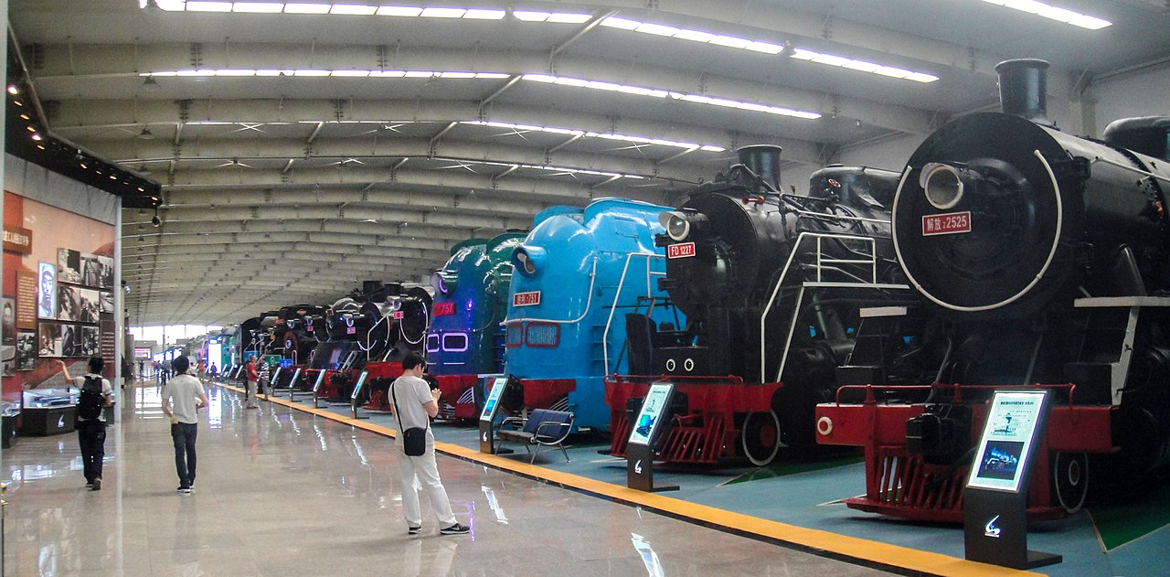 1280px-Steam_Locomotives_in_Shenyang_Rai