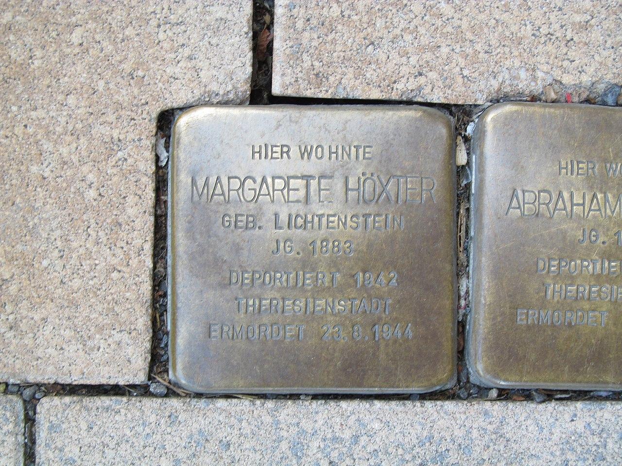 der Stolperstein für Margarete Höxter vor dem Haus Bahnhofstraße 33 in Treysa
