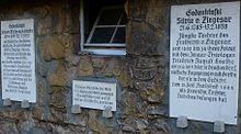Gedenktafeln an der Kirche in Drackendorf (Quelle: Wikimedia)