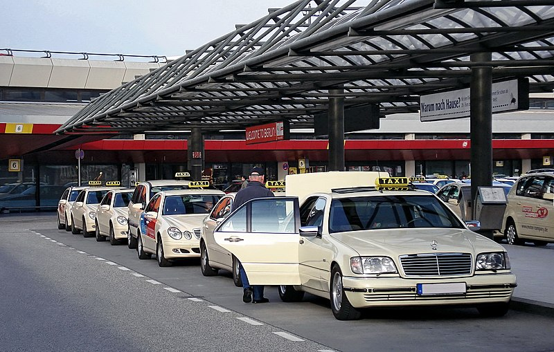 800px-Taxis_at_EDDT-%28jha%29.jpg