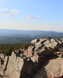 The Wolfswarte in the Oberharz (BR 006) with a view of the Harz.png
