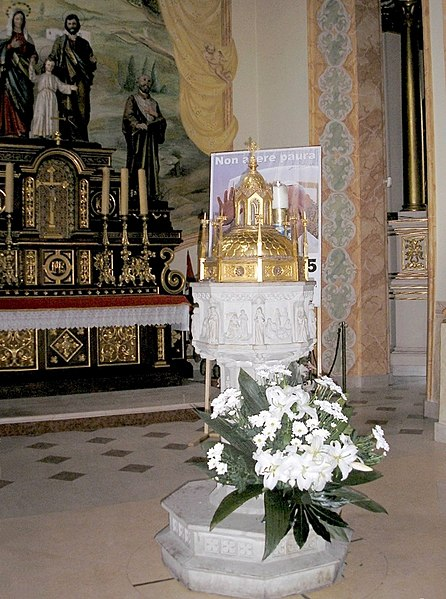 Archivo:The holy water stoup in Wadowice Poland where the Pope J.Paul.II received the baptism.jpg