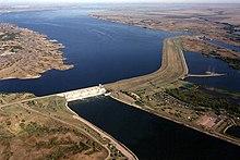 Photographie aérienne du barrage de Big Bend, de son réservoir et du Missouri.