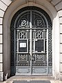 Vichy - Rue de Paris, porte au numéro 7, ancien bâtiment de la Banque de France.jpg