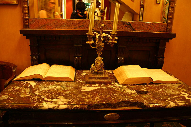 File:Voltaires Desk at Le Procope.jpg