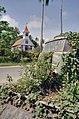 Vooraanzicht kerk met op de voorgrond een oude bus begoeid met groen - Totness - 20417923 - RCE.jpg