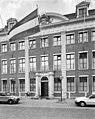 Voorgevel met pilasters en fronton voorzien van het wapen van Friesland - Leeuwarden - 20399989 - RCE.jpg