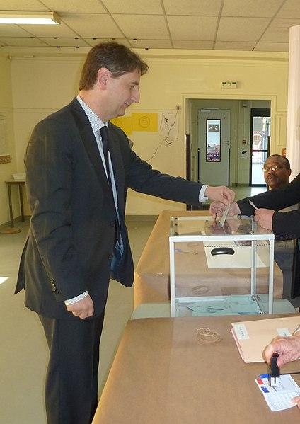 Le député de Seine-Saint-Denis vote lors du 1er tour de l'élection présidentielle française le 22avril 2012