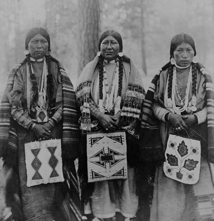 Three Native American women in Warm Springs Indian Reservation, Wasco County, Oregon. (1902) Warm Springs.jpg