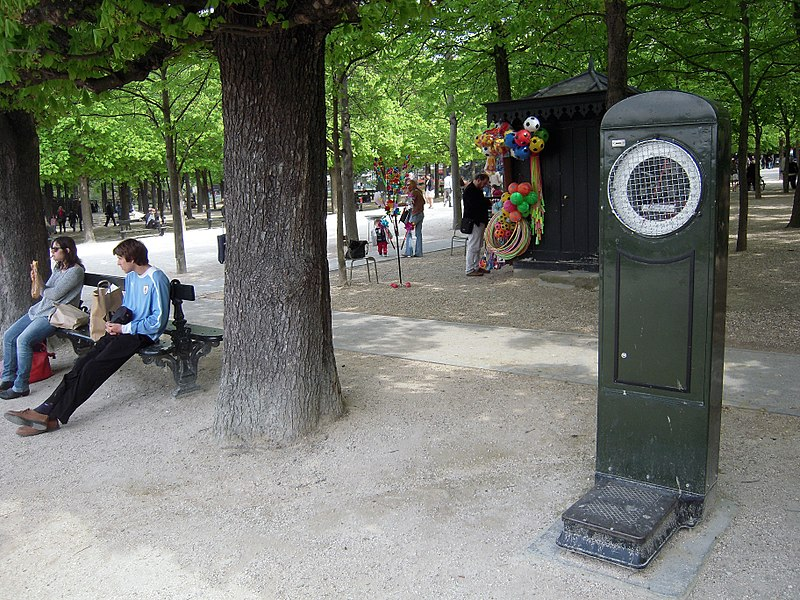 File:Weighing scale, Jardin du Luxembourg, Paris 2 April 2017.jpg