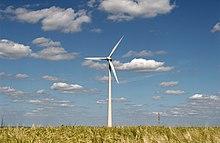 Éolienne dans un paysage rural.