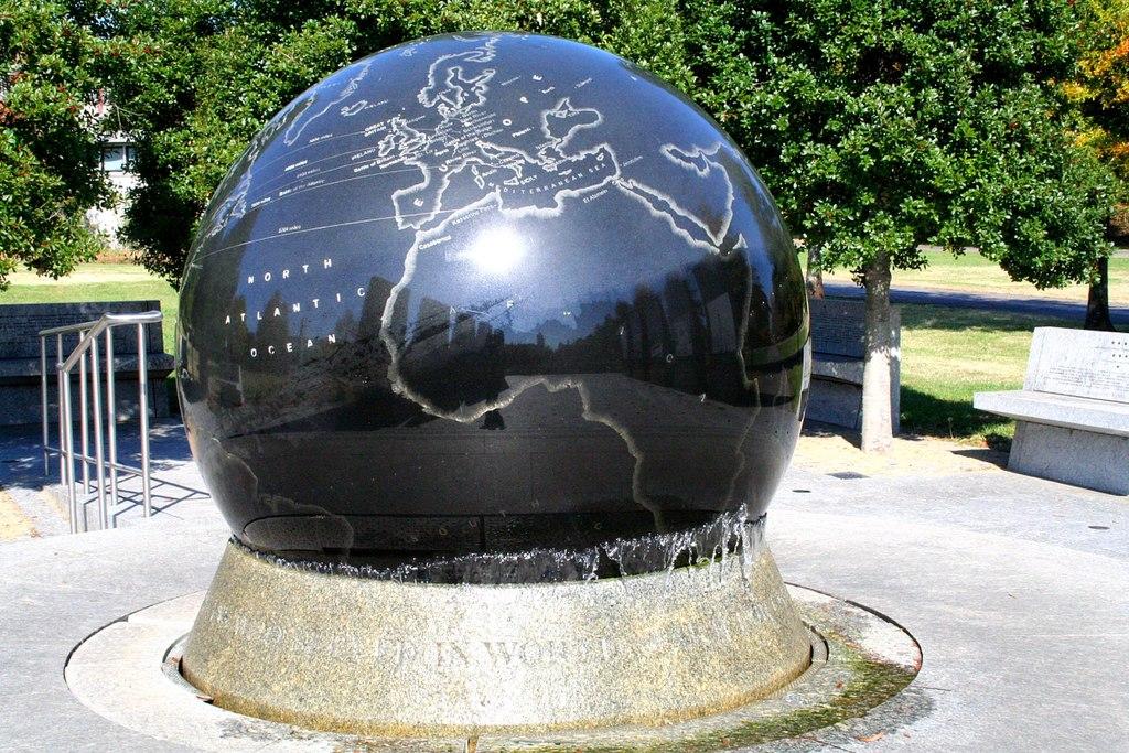 1024px-World_War_II_Memorial%2C_Bicentennial_Mall.jpg