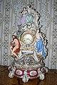 Zamek Lysice - stolni hodiny z misenskeho porcelanu z obdobi druheho rokoka v Rohovem sedem salonu.jpg