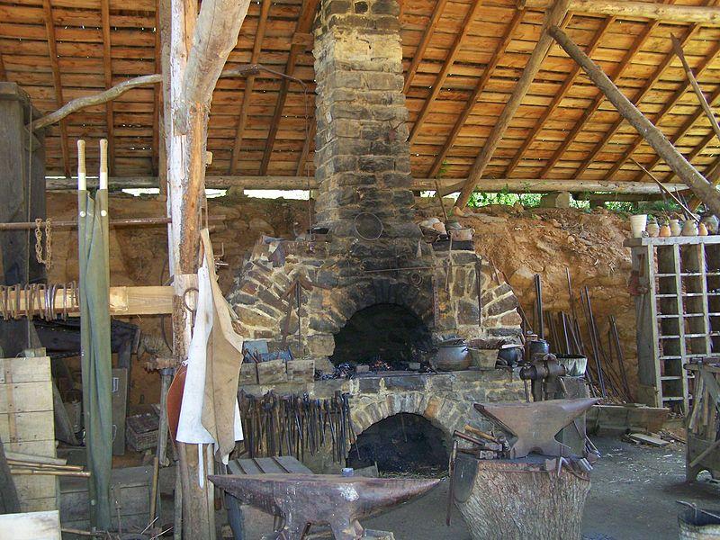 Chantier médiéval du château de Guédelon en juin 2008 (Treigny, Yonne, Bourgogne, France): Forge