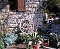 Манастир Тврдош, детаљ из манастирског дворишта.jpg