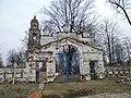 Шапкино. Западные ворота кладбищенской ограды.jpg