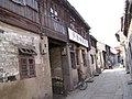 行人稀少的河下湖嘴大街上,昔日传教站改建的仁爱诊所.JPG