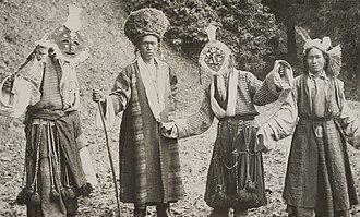 Elisabeth Meyer (photographer) - Image: 06 For å drive onde ånder på flukt oppfører folk i Sikkim og Tibet noen merkelige danser med fargerike masker