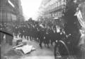 17-10-11, obsèques de Level (foule suivant le corbillard) - (photographie de presse) - (Agence Rol).png