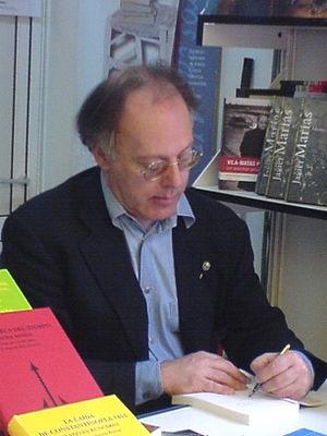 Español: El escritor Javier Marías firmando su...