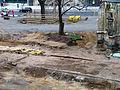 2013 Ausgrabung Alter St. Nikolai-Friedhof Nikolaikapelle Hannover, 62f, Fortführung Baggerarbeiten, Einebnung der Grabungsstelle, historische Wegeführung und Punktfundamente entfernt.jpg