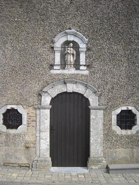 La totalité de la chapelle de la Croix-Monet ainsi que les façades et toitures de la maison du Chapelain (M) et l'ensemble formé par les deux édifices et les terrains environnants (S) à Aische-en-Refail