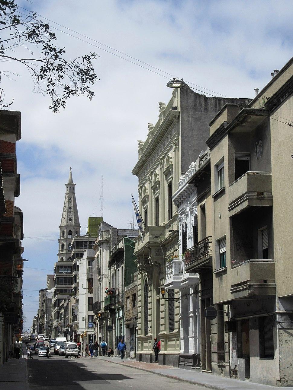 2016 calle Cerrito Montevideo, al fondo torre iglesia San Francisco