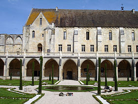 Abbaye de Royaumont, cloître et bâtiment des moines.