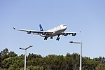 Aerolineas Argentinas (LV-ZPJ) Airbus A340-211 on approach to runway 25 at Sydney Airport.jpg