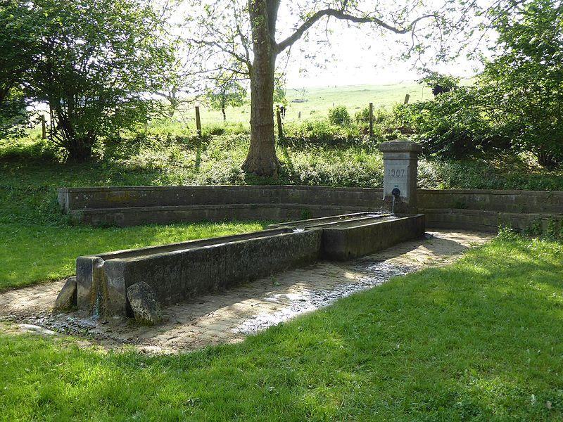 Fontaine à une entrée de la commune d'Agincourt près de Nancy en Lorraine.