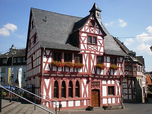 Altes Rathaus Rhens. zweistöckiger Fachwerkbau mit Zwerchaus und Dachreiter
