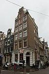 foto van Hoekhuis met ingezwenkte halsgevel waarvan de afdekking is verdwenen