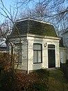 foto van Consistoriekamer van de Hervormde gemeente. Houten gebouwtje met afgeschuinde hoeken