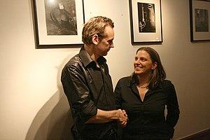 Svenska: Julian Assange och Anna Troberg skaka...