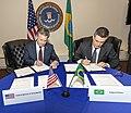 Assinatura do acordo entre O Serviço de Alfândega e Proteção de Fronteiras do Departamento de Segurança Interna e o Bureau Federal de Investigações (FBI).jpg