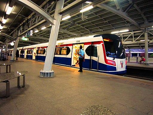 BTS@ Wong Wean Yai Station , รถไฟฟ้า บีทีเอส ที่สถานีวงเวียนใหญ่ - panoramio