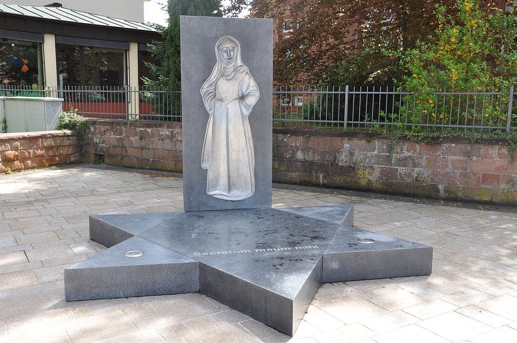 File:Bad Bergzabern Edith-Stein-Denkmal Vor St Martin.Jpg