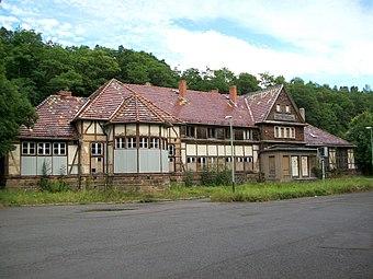 File:Bahnhof Reinhardsbrunn 1.JPG (Source: Wikimedia)