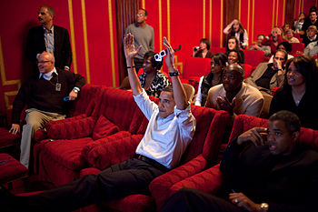English: President Barack Obama holds 3-D glas...