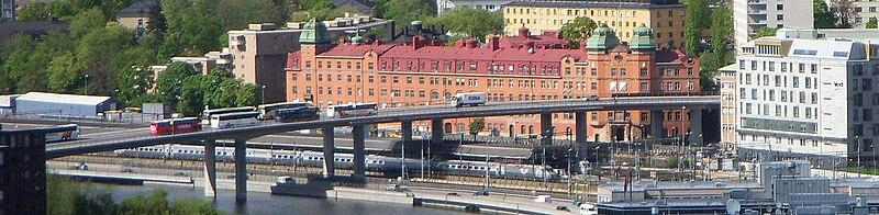 Barnhusbron set fra Rådhustårnet i maj 2009.   På broen parkeres gerne busser.   Den store bygning med rødt tag er Stockholm-Vands bygning ved Torsgatan, tegnet i 1906 af Ferdinand Boberg og Gustaf de Frumerie.