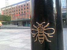 http://upload.wikimedia.org/wikipedia/commons/thumb/e/e1/Bee_on_a_bollard.jpg/220px-Bee_on_a_bollard.jpg